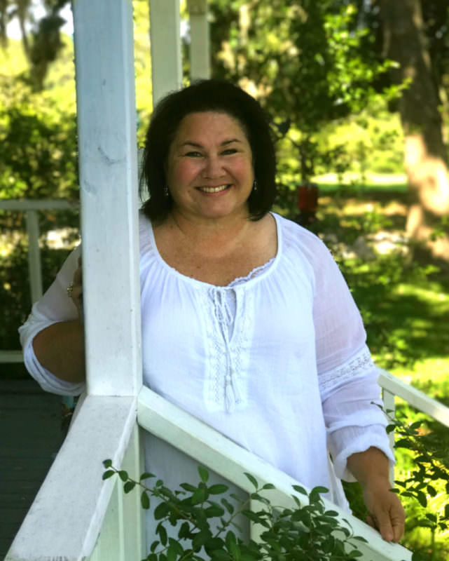 Cindy is an Interior Designer blogging about updating the old family home in a farmhouse, vintage, repurposed style.
