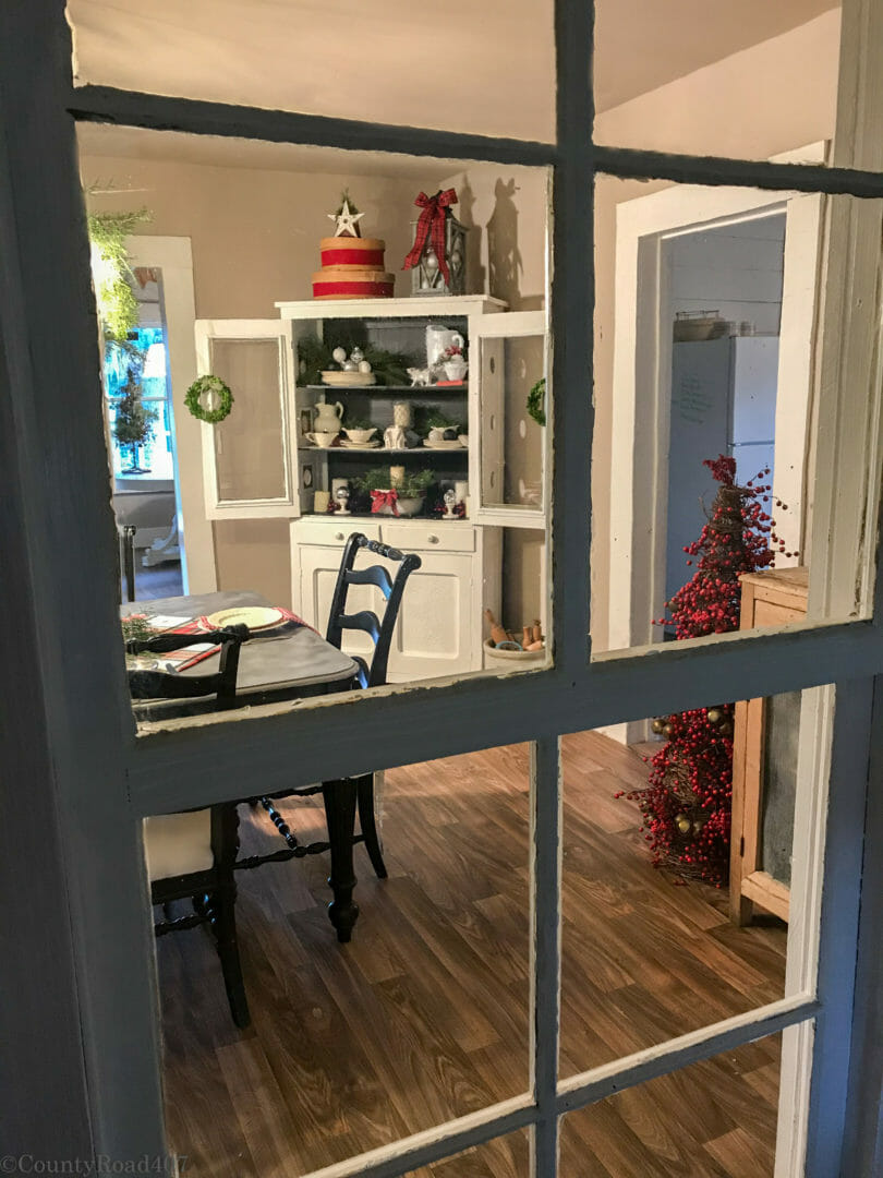 Cozy farmhouse Christmas Dining room with farmhouse tour by CountyRoad407.com