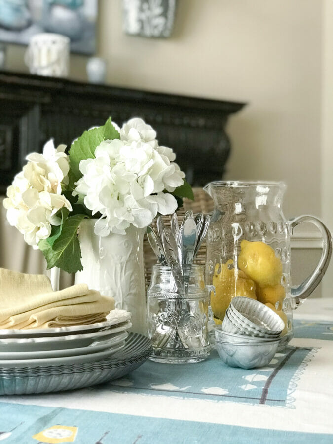 Centerpiece of lemons, plates and flowers